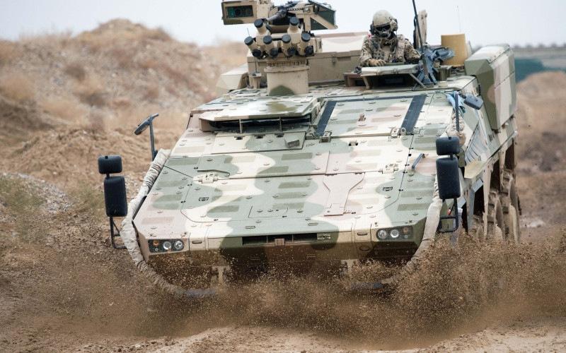 """ARCHIV- Ein Radpanzer """"Boxer"""" der Bundeswehr fährt am 17.12.2012 in Masar-i-Scharif in Afghanistan durch das Gelände. Foto: Maurizio Gambarini/dpa (zu dpa: """"Koalition will mehr Panzer und rasche Entscheidung über Luftabwehr"""" vom 15.10.2014) +++(c) dpa - Bildfunk+++"""