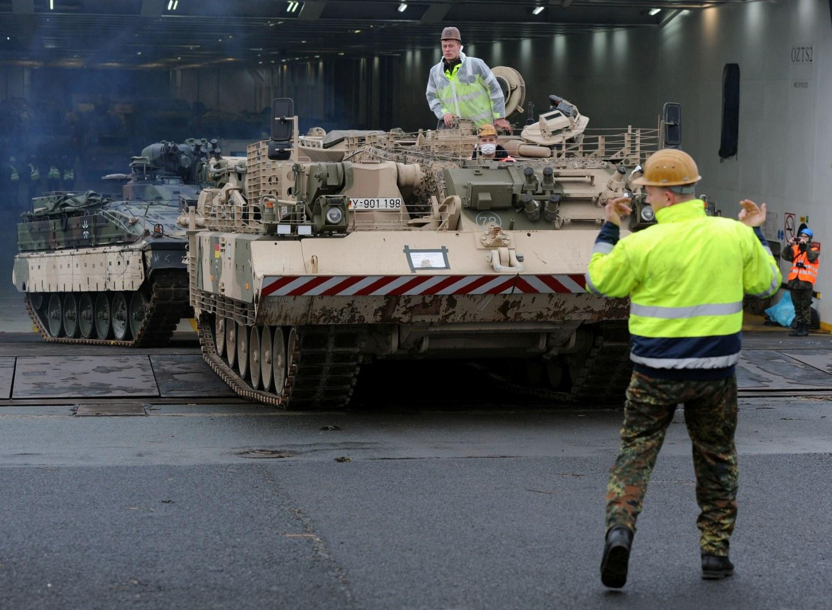 """Ein Bergepanzer """"Büffel"""" zieht am 19.02.2014 einen Schützenpanzer """"Marder"""" aus dem RoRo-Schiff """"Britannia Seaways"""" im Hafen von Emden (Niedersachsen). Die beiden Panzer gehören zu den 258 Gefechts- und Einsatzfahrzeugen der Bundeswehr, die aus Afghanistan nach Deutschland zurückgeführt werden. Foto: Ingo Wagner/dpa +++(c) dpa - Bildfunk+++"""