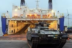 """Ein Sch¸tzenpanzer """"Marder"""" wird am 25.10.2013 im Hafen von Emden (Niedersachsen) von Bord des RoRo-Schiffes """"Suecia Seaways"""" gefahren. Dabei handelt es sich um eines der insgesamt 157 Gefechts- und Einsatzfahrzeuge der Bundeswehr, die aus Afghanistan nach Deutschland zur¸ckverlegt wurden. Bis Ende 2014 will die Bundeswehr einen Groflteil ihrer Soldaten und ihres Materials zum Ende des Nato-Kampfeinsatzes aus Afghanistan abziehen Foto: Ingo Wagner/dpa +++(c) dpa - Bildfunk+++"""