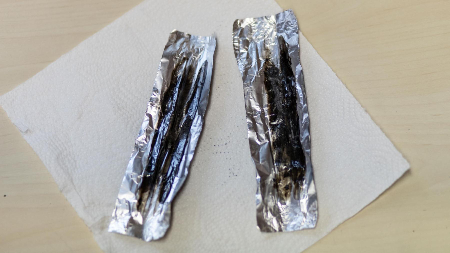 """So sieht ein """"Blech"""" nach dem Rauchen aus. Das eigentlich braune Heroin ist verbrannt. Was bleibt: ein klebriger schwarzer Rückstand."""