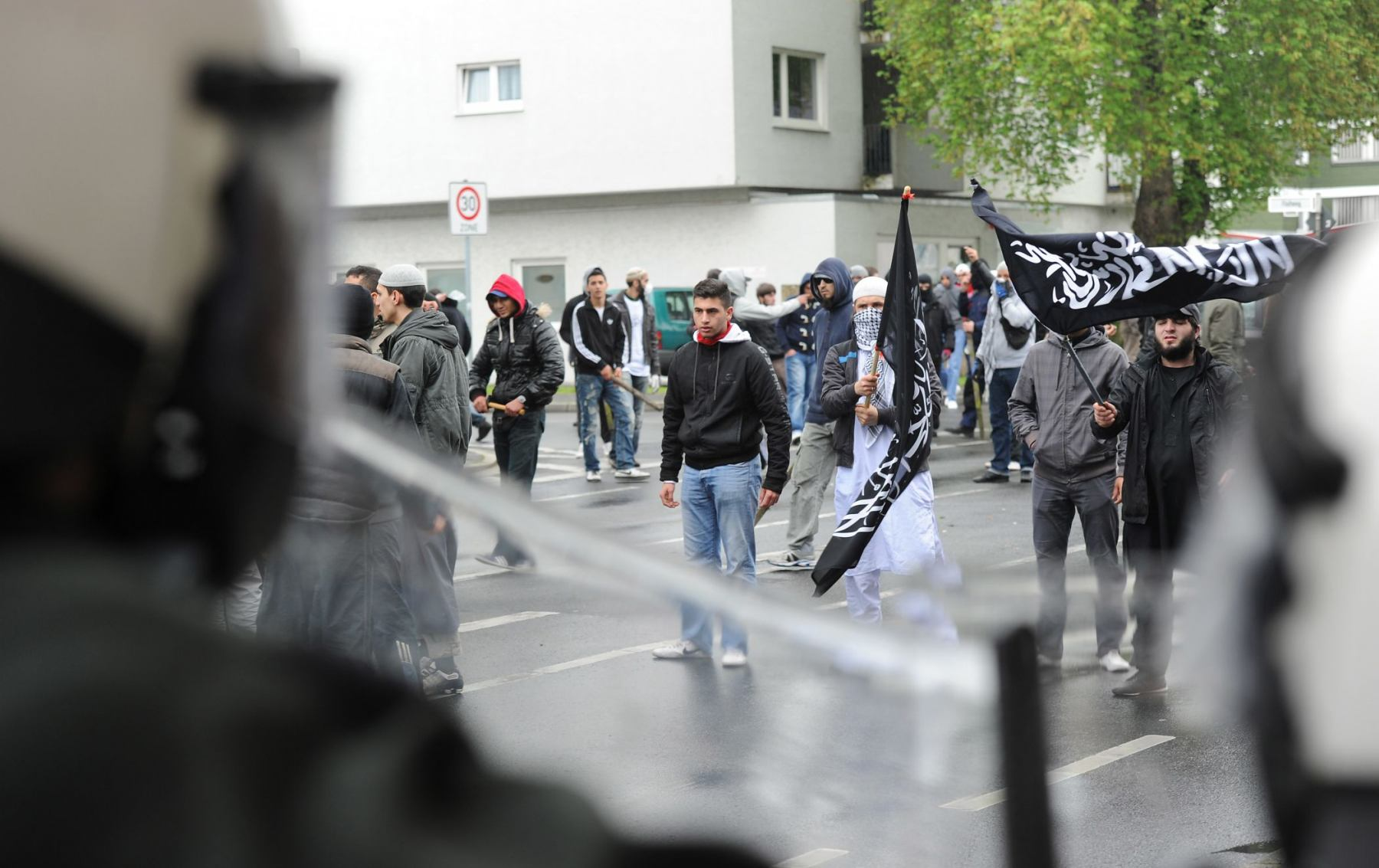 Polizisten drängen am Samstag (05.05.2012) bei einer Protestkundgebung gegen eine Wahlkampfveranstaltung der Partei Pro NRW vor der König Fahd Akademie in Bonn Gegendemonstranten ab. Erneut gab es gewalttätige Ausschreitungen von Salafisten bei einer Provokation durch eine rechte Splitterpartei. Bei den Ausschreitungen waren 29 Polizeibeamte verletzt worden, davon zwei durch Messerstiche. Sie wurden weiter im Krankenhaus behandelt. Lebensgefahr bestehe nicht, sagte eine Polizeisprecherin am Sonntag.Foto: Henning Kaiser dpa/lnw  +++(c) dpa - Bildfunk+++ | Verwendung weltweit