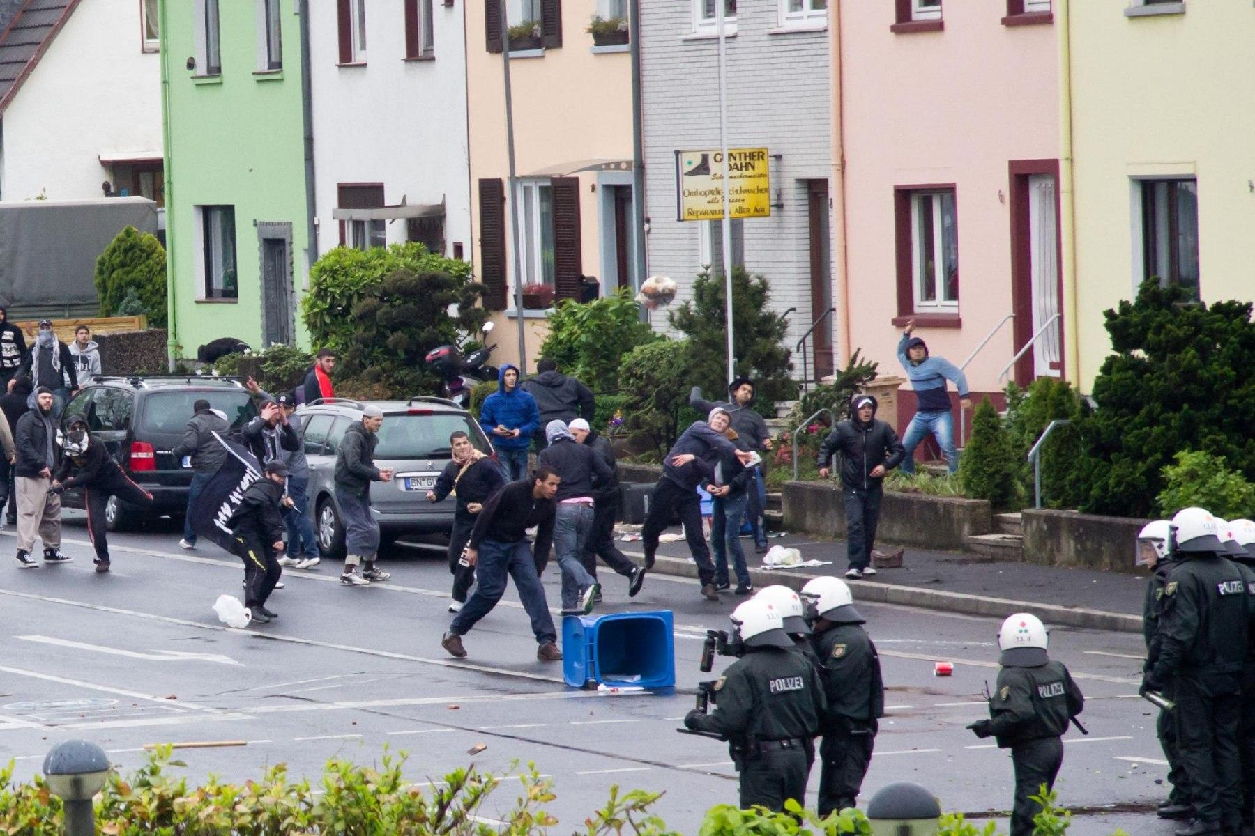 Demo Pro NRW Rat der Muslime: Die Gewalt eskalierte Foto: Roland KOhlsAuf der Ellesdorfer Straße eskalierte die Gewalt.