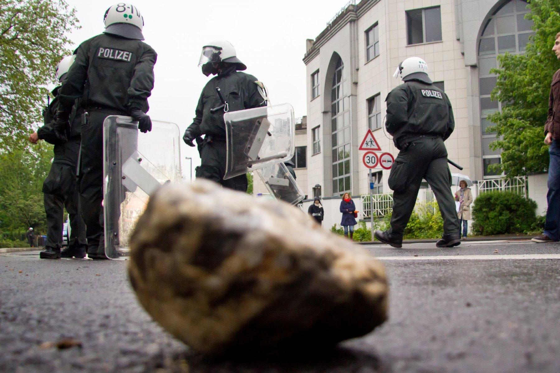 Demo Pro NRW Rat der Muslime: Einer der Steine die Richtung Pro-NRW geflogen ist Foto: Roland Kohls