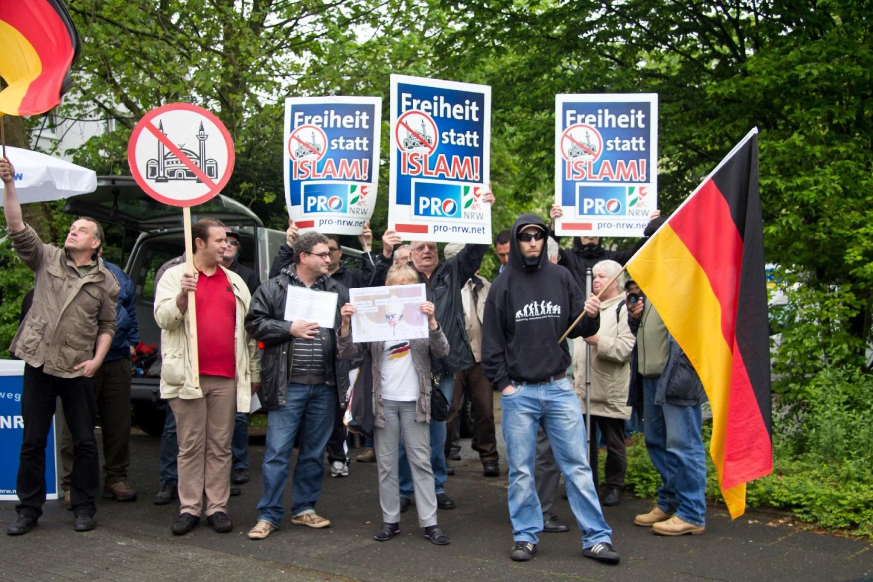 Demo Pro NRW Rat der Muslime: Die Vertreter von Pro NRW spielen ihr durchsichtiges Spiel Foto: Roland KOhls
