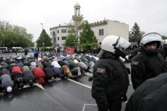 Muslime beten am Samstag (05.05.2012) bei einer Protestkundgebung gegen eine Wahlkampfveranstaltung der rechtsextremen Splitterpartei Pro NRW vor der König Fahd Akademie in Bonn. Etwa 25 Pro NRW-Anhängern standen 300-400 Gegendemonstranten gegenüber. Foto: Henning Kaiser dpa/lnw  +++(c) dpa - Bildfunk+++ |