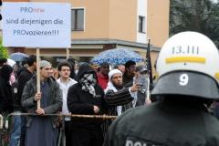 ARCHIV - Teilnehmer demonstrieren am 05.05.2012 bei einer Protestkundgebung gegen eine Wahlkampfveranstaltung der Partei Pro NRW vor der König Fahd Akademie in Bonn. Anhänger der rechtspopulistischen Partei Pro Deutschland wollen Mitte August vor Moscheen der Salafisten demonstrieren und dabei die umstrittenen Mohammed-Karikaturen zeigen. Bei ähnlichen Aktionen im April in Bonn kam es zu gewalttätigen Angriffen zwischen beiden Gruppen, bei denen auch Polizisten teils schwer verletzt wurden. Foto: Henning Kaiser dpa/lnw  +++(c) dpa - Bildfunk+++ | Verwendung weltweit