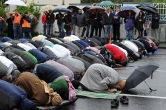 Muslime beten am Samstag (05.05.2012) bei einer Protestkundgebung gegen eine Wahlkampfveranstaltung der rechtsextremen Splitterpartei Pro NRW vor der König Fahd Akademie in Bonn. Etwa 25 Pro NRW-Anhängern standen 300-400 Gegendemonstranten gegenüber. Foto: Henning Kaiser dpa/lnw  +++(c) dpa - Bildfunk+++