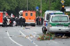 Beschädigte Polizeiwagen und Krankenwagen stehen am Samstag (05.05.2012) bei einer Protestkundgebung gegen eine Wahlkampfveranstaltung der rechtsextremen Splitterpartei Pro NRW vor der König Fahd Akademie in Bonn auf der Straße. Etwa 25 Pro NRW-Anhängern standen 300-400 Gegendemonstranten gegenüber. Foto: Henning Kaiser dpa/lnw  +++(c) dpa - Bildfunk+++