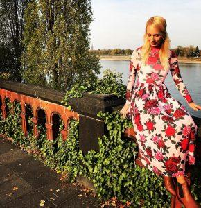 """Ein typischer Instagram-Post von caro.229: Eine nette Location – hier am Rhein in Bonn – ein schickes Outfit und ein """"Schnappschuss""""."""